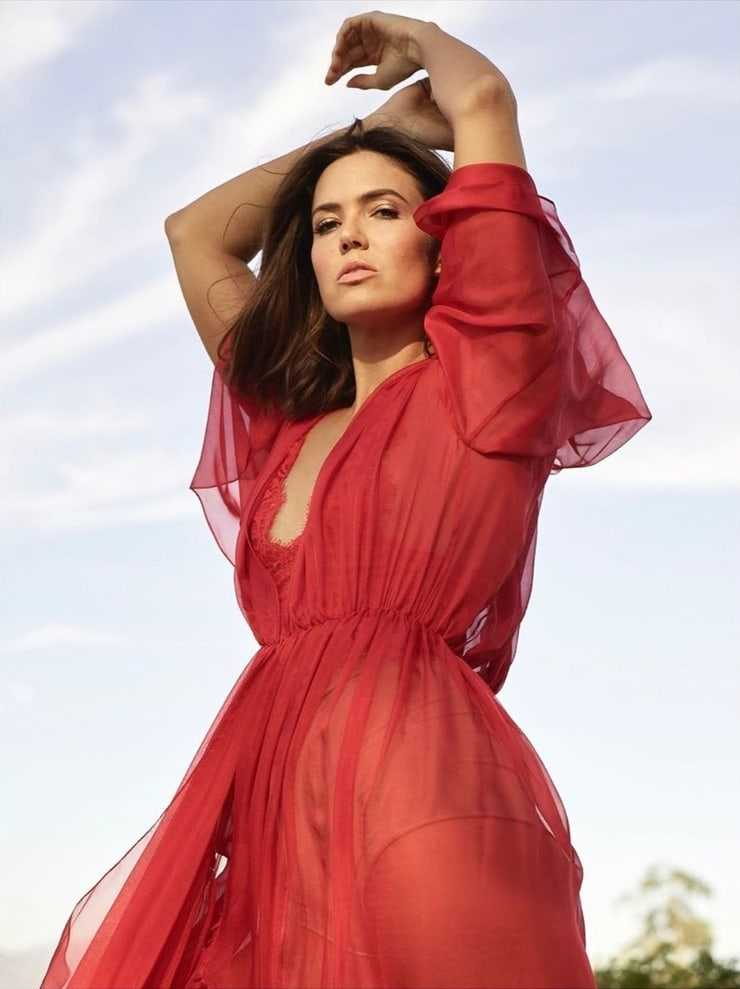 This image has an empty alt attribute; its file name is Mandy-Moore-12-2.jpeg