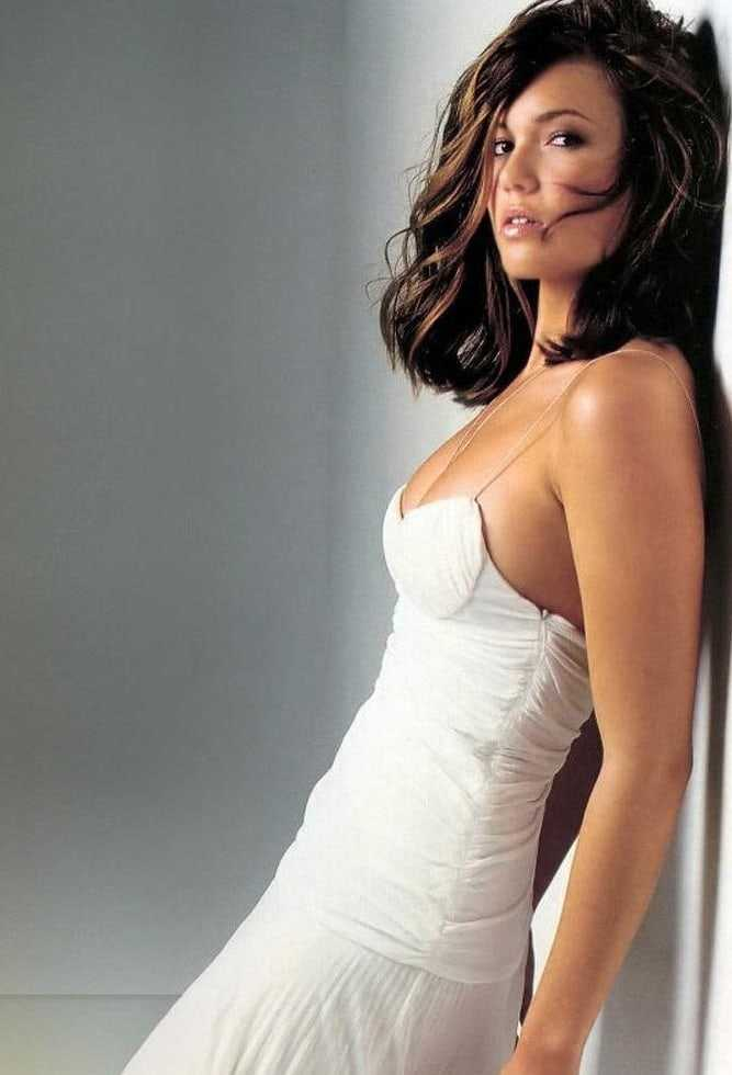 This image has an empty alt attribute; its file name is Mandy-Moore-sexy-2-3.jpeg