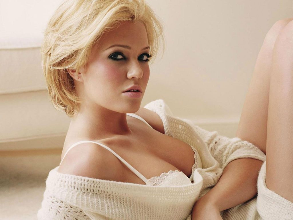 This image has an empty alt attribute; its file name is mandy-moore-blonde-hair-1024x768.jpg