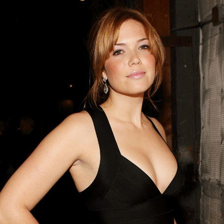 This image has an empty alt attribute; its file name is mandy-moore-hot-cleavage.jpg