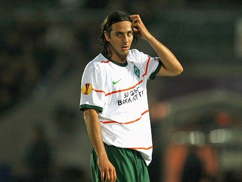 confused - claudio pizarro - a fußball legend from werder bremen