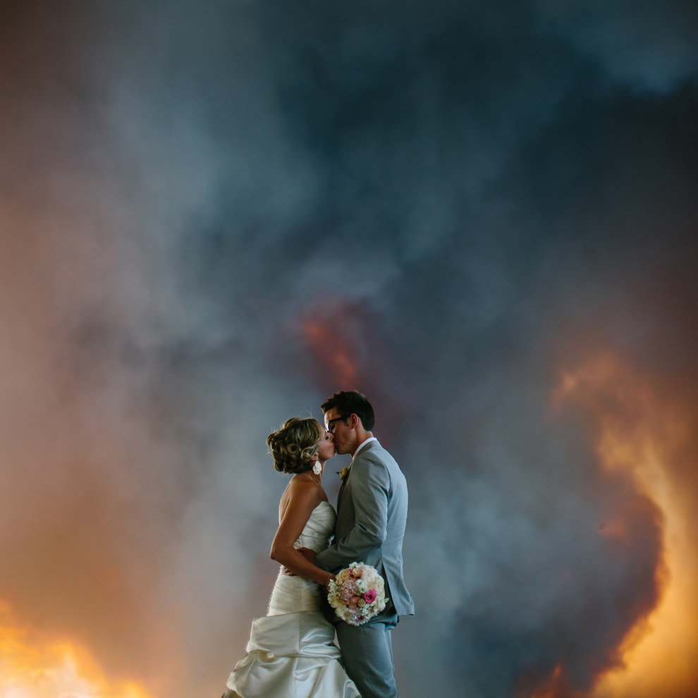 couple gets married oregon wildfire behind them