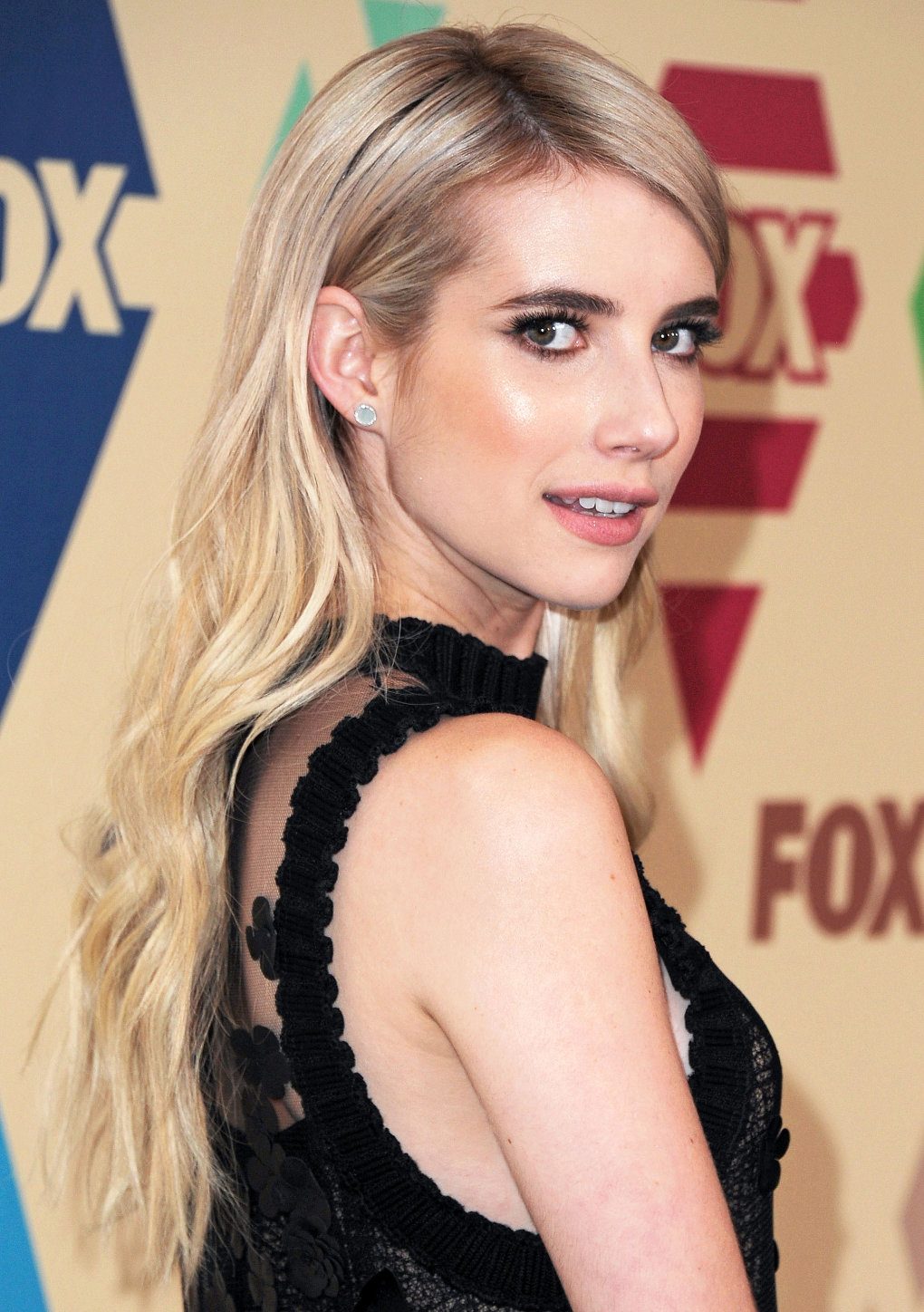 over the shoulder - stunning and talented emma roberts (50+ photos)