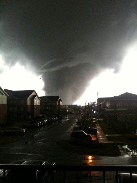 picture cousin took impending tornado tore through her apartment complex before