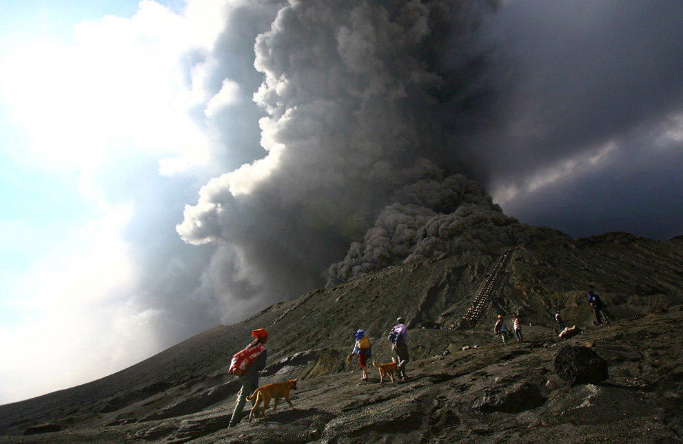 s v13 08639144 - a year of volcanic activity