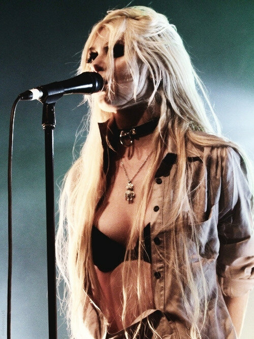 taylor momsen long blonde hair