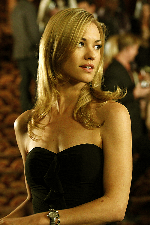 yvonne strahovski looks gorgeous black dress